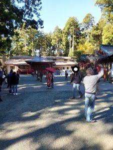 箱根神社で結婚式のカップル